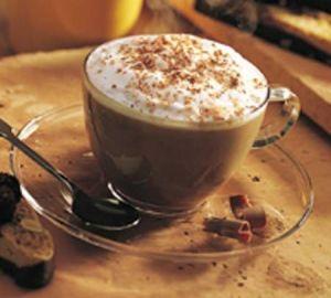 Αν προσθέσετε σαντιγί, σιρόπι με γεύση ή μια μπάλα παγωτό, το αθώο φλιτζάνι καφέ μετατρέπεται σε ένα ναρκοπέδιο λιπαρών και ζάχαρης. Οι «μοδάτοι» καφέδες μπορεί να περιέχουν έως και 570 θερμίδες ανά φλιτζάνι, δηλαδή περισσότερο από ένα ελαφρύ ορεκτικό. Αν δεν σας αρέσει σκέτος ο καφές τότε προσθέστε λίγο άπαχο γάλα και ένα τεχνητό γλυκαντικό για να περιορίσετε τον αριθμό των θερμίδων.