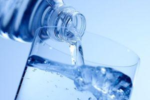 Η αντικατάσταση των ανθρακούχων αναψυκτικών με νερό σίγουρα θα σας γλιτώσει από εκατοντάδες θερμίδες καθημερινά. Δύο ποτήρια νερό πριν από κάθε γεύμα μπορεί να μειώσει την χωρητικότητα του στομάχου και έτσι να φάτε λιγότερο. Επίσης σύμφωνα με πρόσφατα ερευνητικά δεδομένα η κατανάλωση άφθονου νερού μπορεί να έχει θετική επίδραση στον μεταβολισμό.