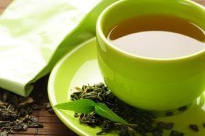 Το πράσινο τσάι είναι μια εξαιρετική επιλογή όταν χρειάζεστε κάτι να πιείτε. Όχι μόνο επειδή δεν έχει θερμίδες, αλλά και επειδή έρευνες έχουν δείξει ότι εκχυλίσματα πράσινου τσαγιού μπορούν να προάγουν την απώλεια βάρους. Δεν είναι ξεκάθαρο πως ακριβώς βοηθά την απώλεια κιλών, αν και η καφεΐνη και άλλα μικροσυστατικά όπως οι κατεχίνες που περιέχει, παίζουν καθοριστικό ρόλο. Τα οφέλη μάλιστα διαρκούν αρκετές ώρες, οπότε μπορείτε να πίνετε πράσινο τσάι τουλάχιστον δύο φορές την ημέρα.