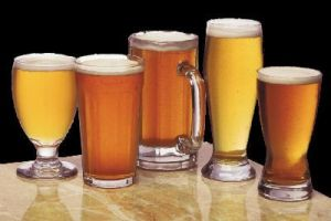 Φυσικά και η μπίρα δεν πρόκειται να σας βοηθήσει να χάσετε κιλά. Αλλά αν πραγματικά δεν μπορείτε να την αποφύγετε, τότε μπορείτε να πιείτε μια light μπίρα. Η ελαφριά εκδοχή της μπίρας έχει 100 θερμίδες ανά ποτήρι, συγκριτικά με τις 150 θερμίδες μιας κανονικής μπίρας.
