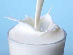 Τα τρόφιμα που είναι πλούσια σε ασβέστιο είναι γνωστό ότι κάνουν καλό στην υγεία και βοηθούν στην απώλεια βάρους. Έρευνες έχουν δείξει ότι τρώγοντας περισσότερα γαλακτοκομικά ή πίνοντας περισσότερο γάλα, η απώλεια βάρους είναι πιο αποτελεσματική. Προτιμήστε όμως αποβουτυρωμένο ή γάλα με λίγα λιπαρά καθώς και τις light εκδοχές γιαουρτιών και τυριών.