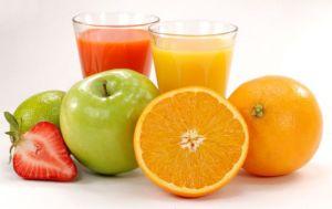 Ένας χυμός φρούτων μπορεί να έχει τις ίδιες θερμίδες με ένα αναψυκτικό, αλλά σίγουρα προσφέρει περισσότερα θρεπτικά στοιχεία στον οργανισμό. Όμως το ερώτημα είναι πως θα πάρουμε τις βιταμίνες και τα αντιοξειδωτικά χωρίς τη ζάχαρη. Ο καλύτερος τρόπος είναι να επιλέγετε πάντα 100% φυσικό χυμό φρούτων. Αποφύγετε έτοιμους χυμούς αφού έχουν πρόσθετες γλυκαντικές ουσίες. Επίσης μπορείτε να περιορίσετε τις θερμίδες, αραιώνοντας τον χυμό με νερό.