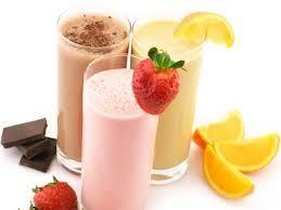 Αναμίξτε μπανάνα, φράουλες και βατόμουρα σε ένα αφράτο smoothie και θα έχετε ένα γευστικό «όπλο» βιταμινών και ιχνοστοιχείων. Η καλύτερη επιλογή είναι να φτιάχνετε μόνοι σας τα smoothies της επιλογής σας ώστε να ελέγχετε τον αριθμό των θερμίδων, τη σύσταση. Τα έτοιμα smoothies περιέχουν συνήθως παγωτό, μέλι ή άλλες γλυκαντικές ουσίες που τα κάνουν πλούσια σε θερμίδες. Φτιάξτε το smoothie της επιλογής σας με φρέσκο γάλα ή παγωμένο γιαούρτι για λιγότερες θερμίδες και περισσότερη γεύση.